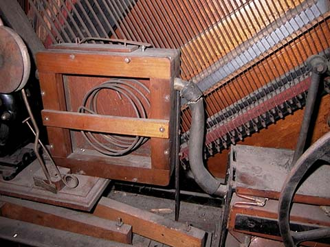 Pressure reservoir in Automatic piano with pipes and 4-bellows vertical action pump.