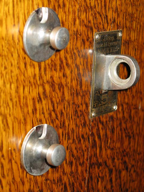 Control knobs on an early style K cabinet piano.